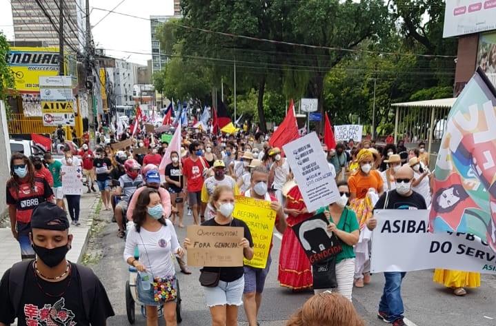 """Manifestantes foram às ruas de João Pessoa protestar contra o presidente Jair Bolsonaro; diversos cartazes exibiam o termo """"genocida"""""""