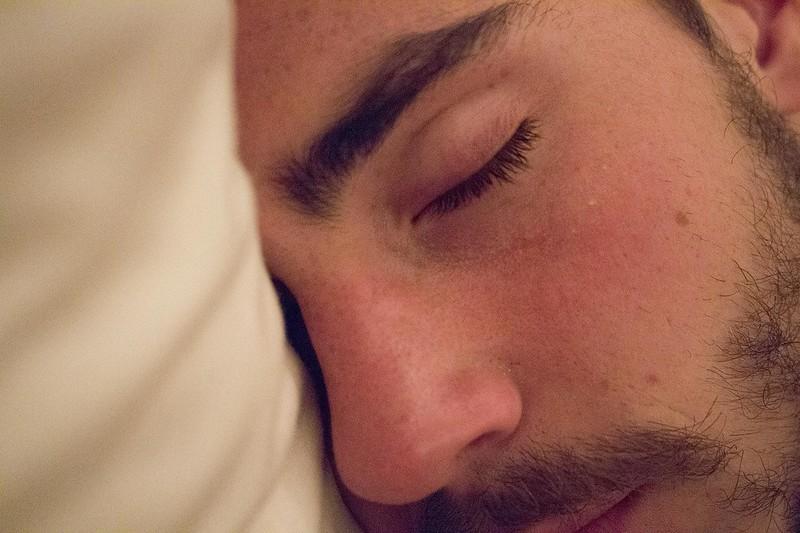 """""""Estou com sono mas não consigo dormir"""". Dificuldade para ter um sono regulado é resultado de diferentes níveis de isolamento, home office, aulas on-line, sedentarismo e novo avanço da covid-19 nos estados"""