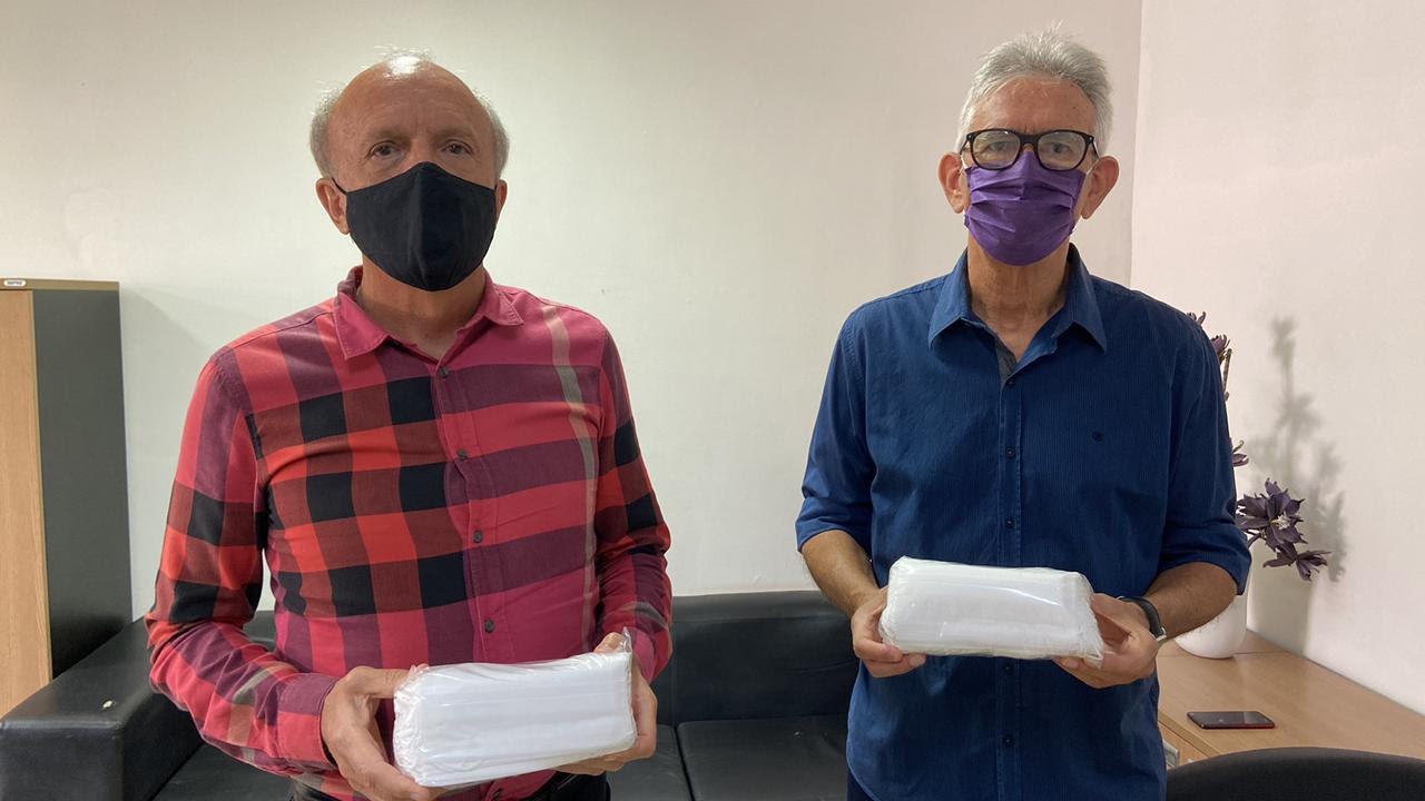 Máscaras foram entregues pelo presidente da Fapesq, Roberto Germano (à direita), ao secretário de Estado da Saúde, Geraldo Medeiros (Foto: Divulgação/Secom-PB)